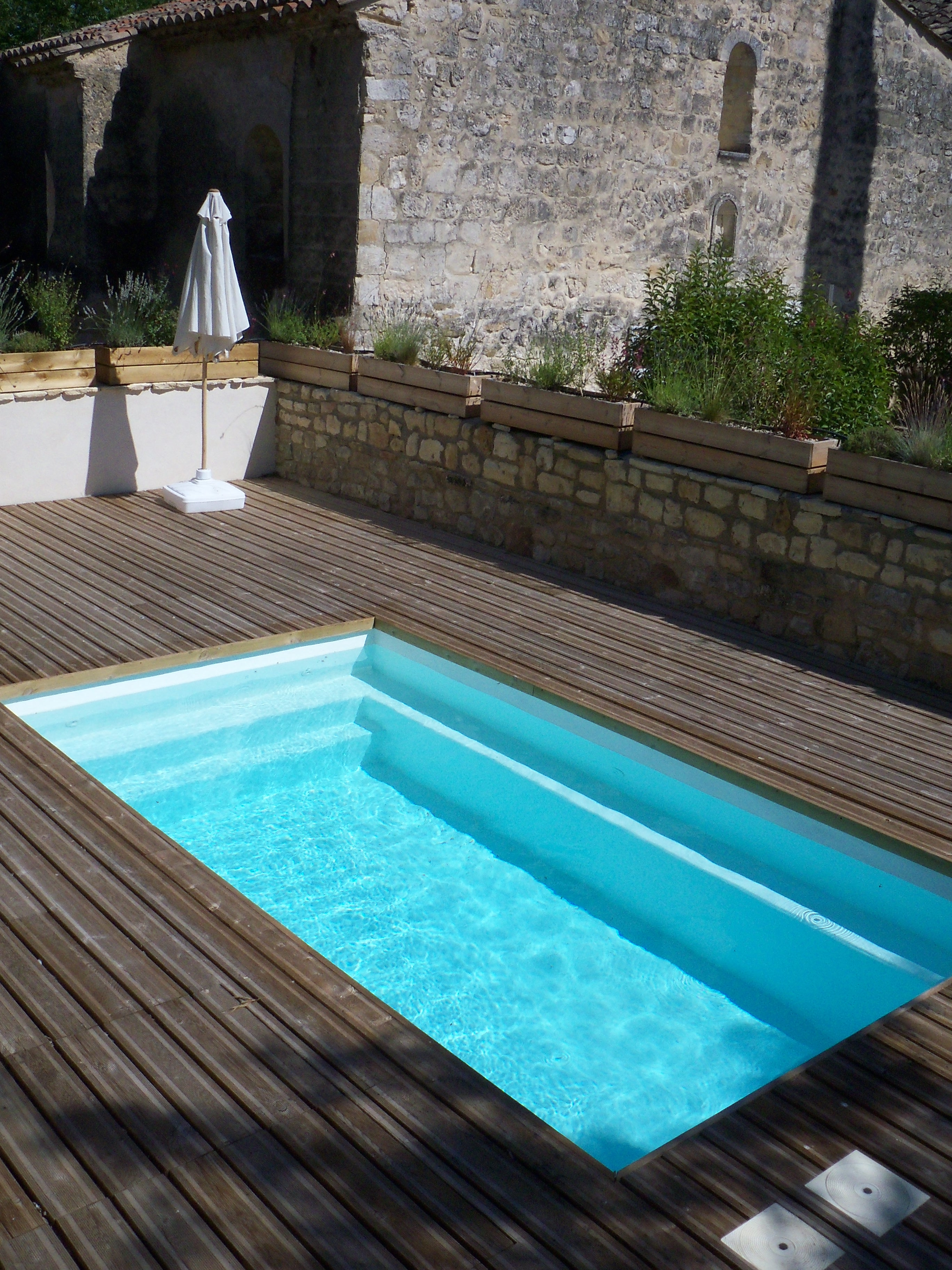 Resin finish on pool